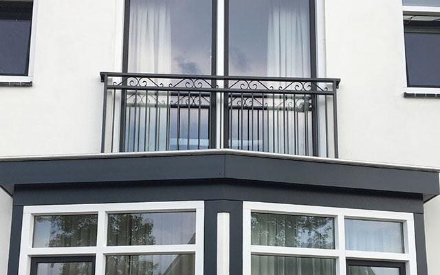 Frans Balkon hekwerk voor openslaande deuren op de eerste verdieping