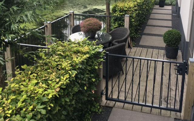 Looppoort voor toegang tot het terras aan het water met sluiting in de kleur antraciet RAL7016.