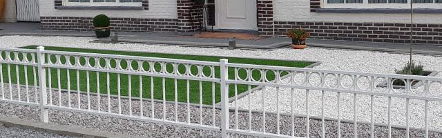 Tuinhek als erfafscheiding in de kleur wit om een tuin in België.